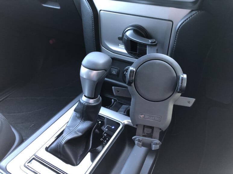 おすすめ車載スマホホルダー・スマートタップ「EasyOneTouch4 wireless」|超強力な吸着力が備わっているので多少湾曲した面でも設置することができます。かなり広い範囲から設置場所を選べますね。