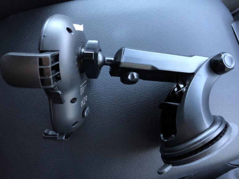 おすすめ車載スマホホルダー・スマートタップ「EasyOneTouch4 wireless」|まず「EasyOneTouch4 wireless」のホルダー部分と吸盤部分を接続させましょう。