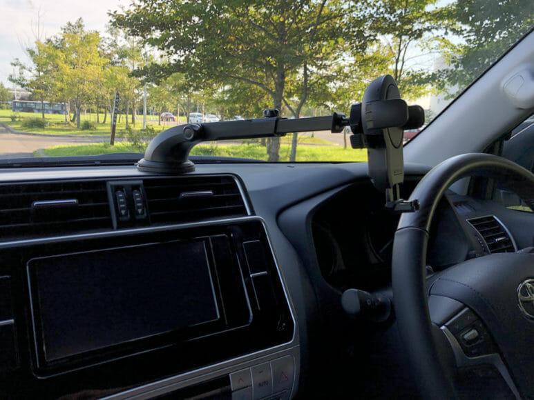 おすすめ車載スマホホルダー・スマートタップ「EasyOneTouch4 wireless」|あんまり吸着力がすごいので、こんなに遠くにまでアームを伸ばすことができます。