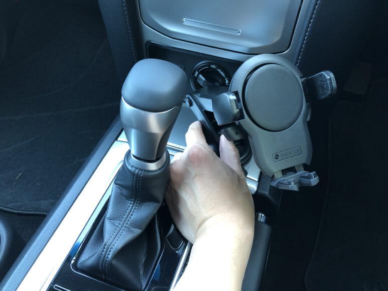 おすすめ車載スマホホルダー・スマートタップ「EasyOneTouch4 wireless」|次に吸盤の保護シールを貼った状態で吸着させる位置を決めましょう。