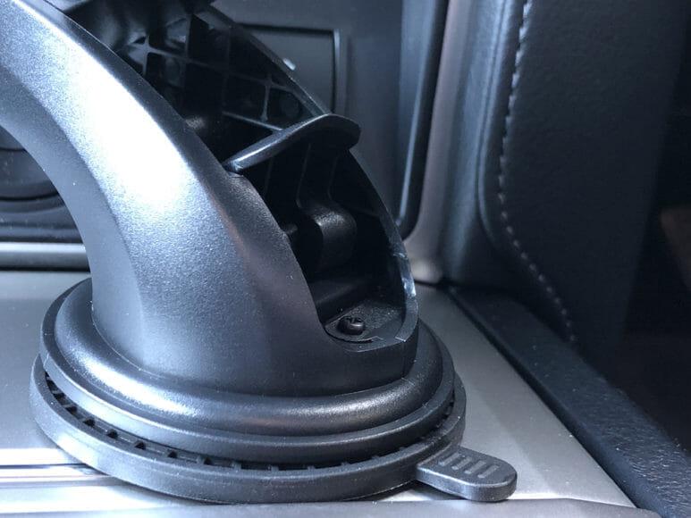おすすめ車載スマホホルダー・スマートタップ「EasyOneTouch4 wireless」|そして吸盤部分に搭載されたロックレバーを押し下げて、ガッチリ固定させます(ロックレバーを押し込む前)。