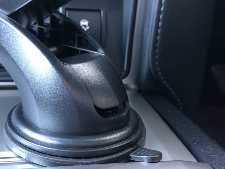おすすめ車載スマホホルダー・スマートタップ「EasyOneTouch4 wireless」|そして吸盤部分に搭載されたロックレバーを押し下げて、ガッチリ固定させます(ロックレバーを押し込み後)。
