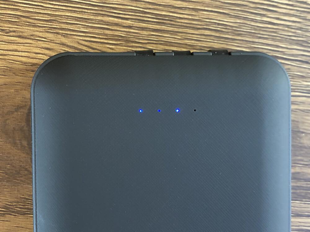 おすすめモバイルバッテリーTSUNEO「Power Bank 8K」レビュー 本体前面に配された4点LEDインジケーターは、濃いブルーに光ってバッテリー残量を知らせてくれます。