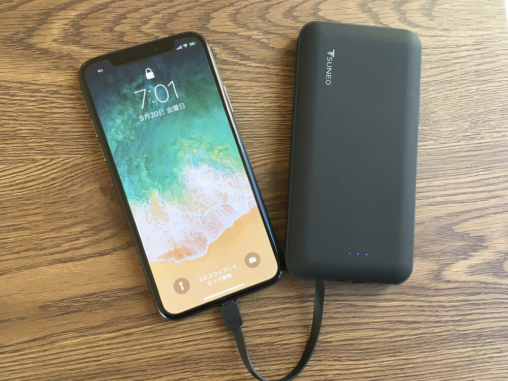 おすすめモバイルバッテリーTSUNEO「Power Bank 8K」レビュー 充電ケーブルを別途持参する必要がないって、出先とかだとメチャ楽です。