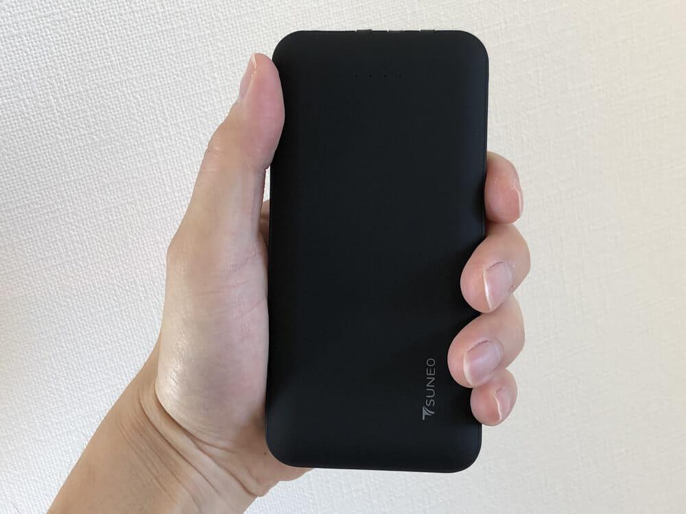 おすすめモバイルバッテリーTSUNEO「Power Bank 8K」レビュー|全面が滑りにくくはなっていますが、特に前面と背面は摩擦係数の高いラバー加工が施されています。