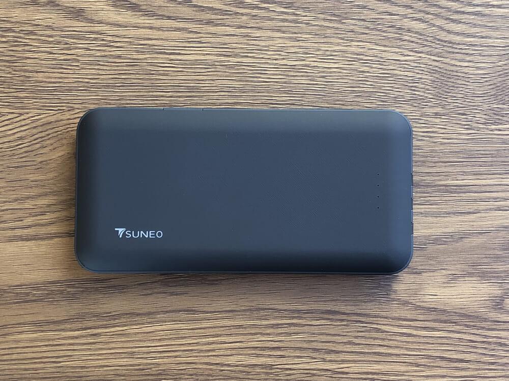 おすすめモバイルバッテリーTSUNEO「Power Bank 8K」レビュー|ラバー素材で覆われているのでグリップ感がしっかり感じられます。