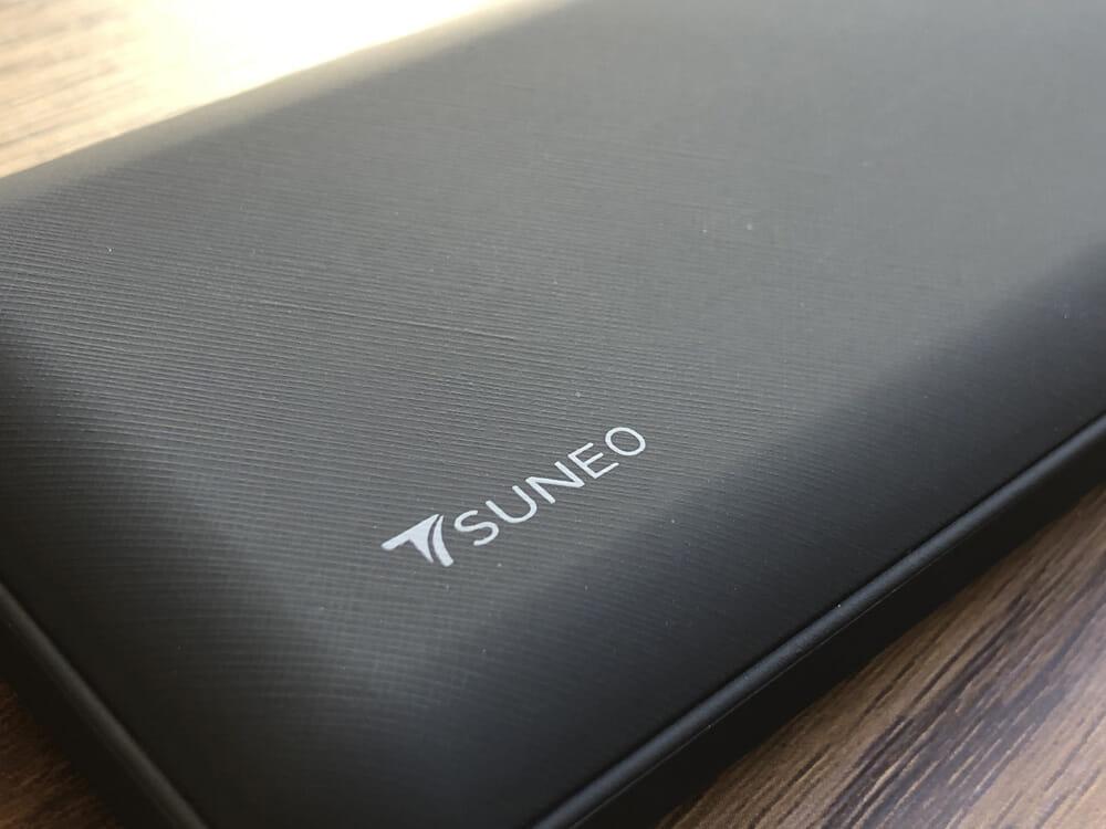 おすすめモバイルバッテリーTSUNEO「Power Bank 8K」レビュー|Anker製モバイルバッテリーのような上質さはありませんが、滑りにくさを考慮された表面加工が施されているので実用面で劣っている印象は受けません。
