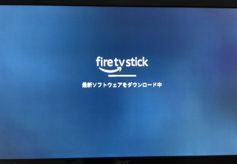 【Amazon Fire TV Stickの使い方】VOD・YouTube動画視聴が捗る!アレクサ連携で天気予報やニュースも聴けるファイアTVスティックの初期設定方法|その後「アップデートの有無をチェックしています」と表示され、必要に応じて最新ソフトウェアがダウンロードされます。