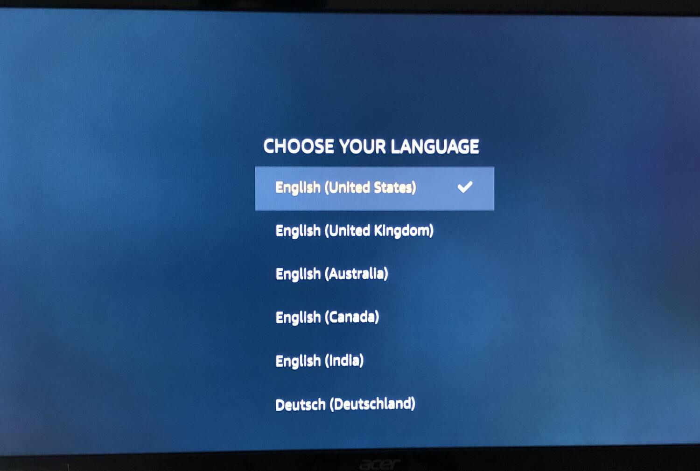 【Amazon Fire TV Stickの使い方】VOD・YouTube動画視聴が捗る!アレクサ連携で天気予報やニュースも聴けるファイアTVスティックの初期設定方法|言語選択画面が表示されたら、お好みの言語を選択しましょう。