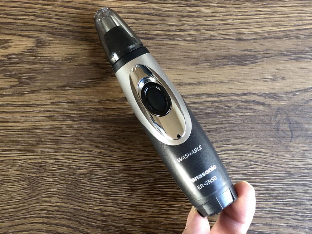 【鼻毛カッター パナソニックER-GN50レビュー】使い方は簡単!毛クズ吸引&水洗いOKのメンズ用おすすめエチケットカッター|安全構造で眉・耳・ヒゲにも|外観:正面から見た感じ。