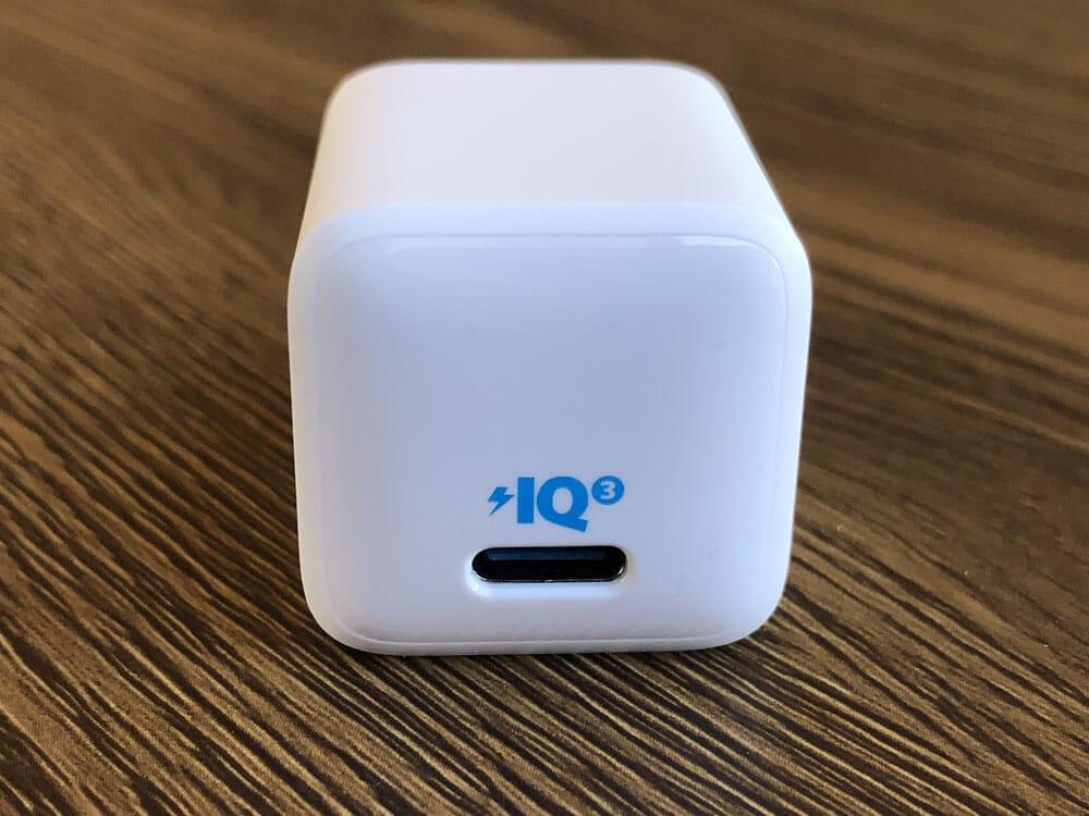 """【Anker PowerPort III Nanoレビュー】2.7cm角&30g超軽量小型ボディで携帯性抜群!""""サイズは子ども、パワーは大人""""を実現させたスマホ向けPD対応急速充電器 外観:充電ポートはUSB-Cポートを一つ搭載しています。 Anker独自の充電規格Power IQ3.0対応で接続されたデバイスに最適な電力供給を行ってくれますよ。"""