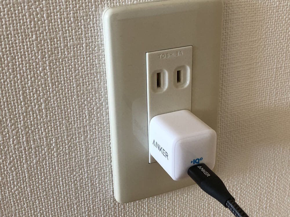 """【Anker PowerPort III Nanoレビュー】2.7cm角&30g超軽量小型ボディで携帯性抜群!""""サイズは子ども、パワーは大人""""を実現させたスマホ向けPD対応急速充電器 使ってみて感じたこと:コンパクトだから隣のコンセントに干渉しない"""