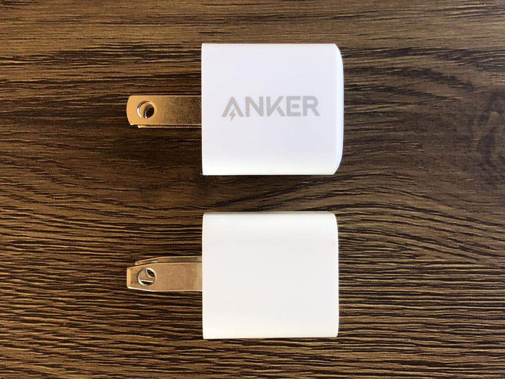 """【Anker PowerPort III Nanoレビュー】2.7cm角&30g超軽量小型ボディで携帯性抜群!""""サイズは子ども、パワーは大人""""を実現させたスマホ向けPD対応急速充電器 外観:iPhoneの純正アダプタ「5W USB電源アダプタ」と瓜二つなルックスですね。 実際に並べてみてもサイズ感はまったく同じ。実測してみてもほぼ同じでした。"""