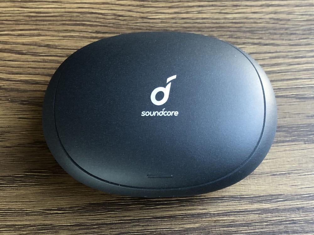 【Anker Soundcore Liberty 2 Proレビュー】グラミー受賞経験者たちが推奨!音質にこだわり抜いたSoundcoreシリーズ最上位の完全ワイヤレスイヤホン|外観:充電ケースはコクーンを思わせるアールの利いたボディ。