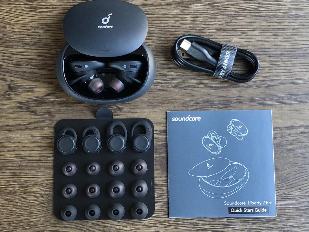 【Anker Soundcore Liberty 2 Proレビュー】グラミー受賞経験者たちが推奨!音質にこだわり抜いたSoundcoreシリーズ最上位の完全ワイヤレスイヤホン|外観:イヤーチップやイヤーウィングなど装着感に関する付属品が非常に豊富です。