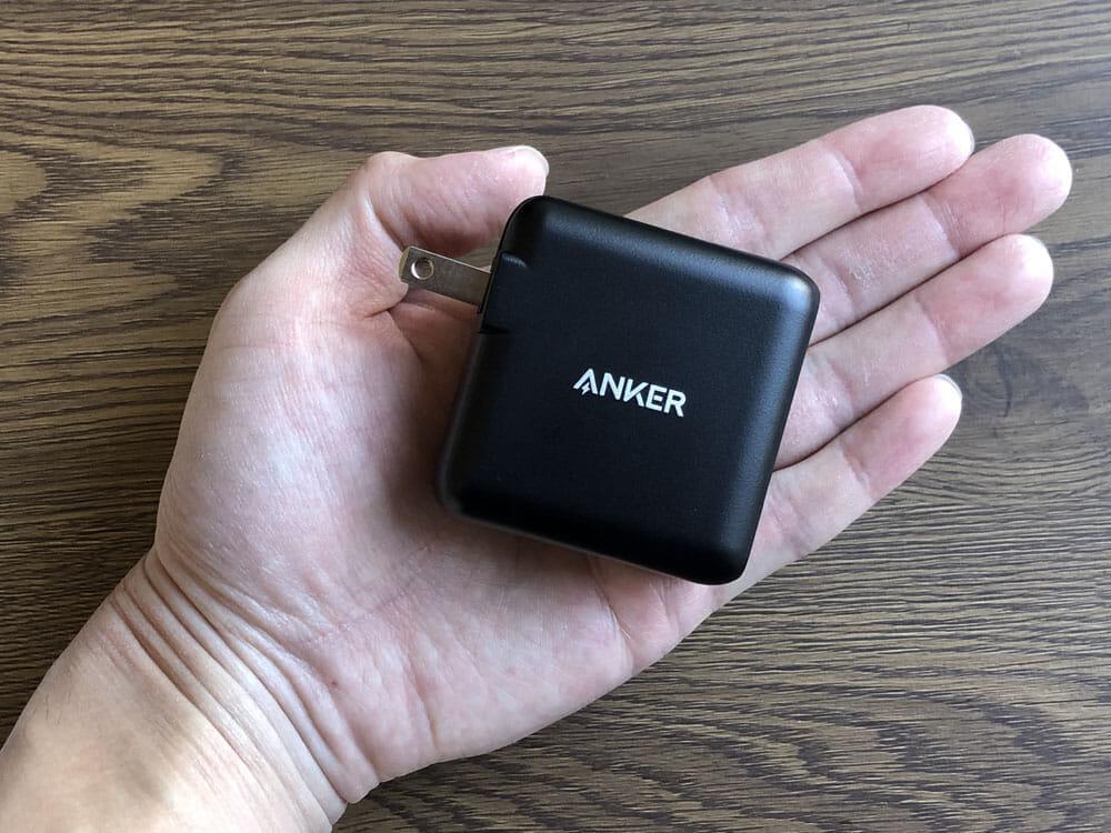 【Anker PowerCore+ 26800 PDレビュー】60W急速充電器+Type-C充電ケーブル+バッテリーで1万円!PD対応USB-C搭載おすすめ大容量モバイルバッテリー 付属品:非常にコンパクトなので持ち運びは苦になりません。