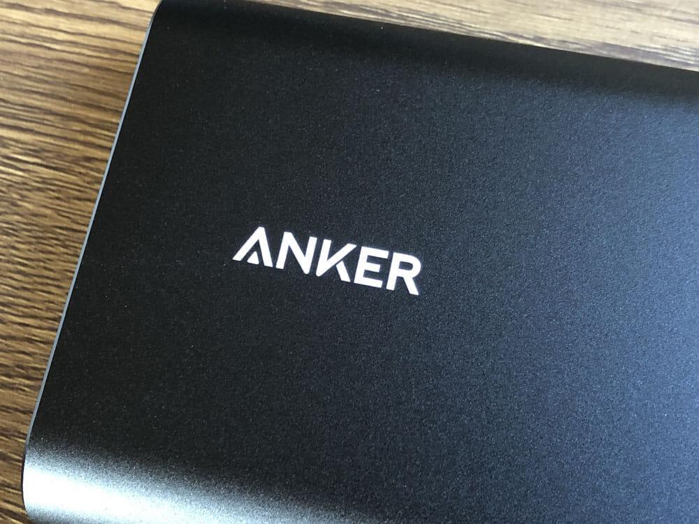 【Anker PowerCore+ 26800 PDレビュー】60W急速充電器+Type-C充電ケーブル+バッテリーで1万円!PD対応USB-C搭載おすすめ大容量モバイルバッテリー 外観:Ankerの多くの製品で採用しているロゴの刻印ですが、今回の製品は表面を削らずプリントする形を取っています。