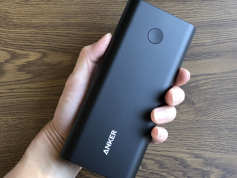 【Anker PowerCore+ 26800 PDレビュー】60W急速充電器+Type-C充電ケーブル+バッテリーで1万円!PD対応USB-C搭載おすすめ大容量モバイルバッテリー 外観:手にしてみると、やっぱりデカイ。手に収まりません。 先代機に比べると一回り大きくなったかな?という印象を受けます。
