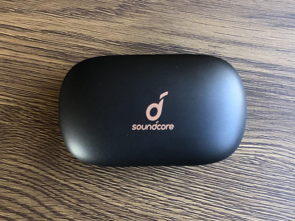 【Anker Soundcore Life P2レビュー】五千円で本体7時間再生・完全防水・AAC&APT-X・通話ノイキャン!!超高性能&高コスパBluetooth完全ワイヤレスイヤホン|外観:充電ケースもイヤホン本体同様、シンプルイズベストを体現したようなデザイン。