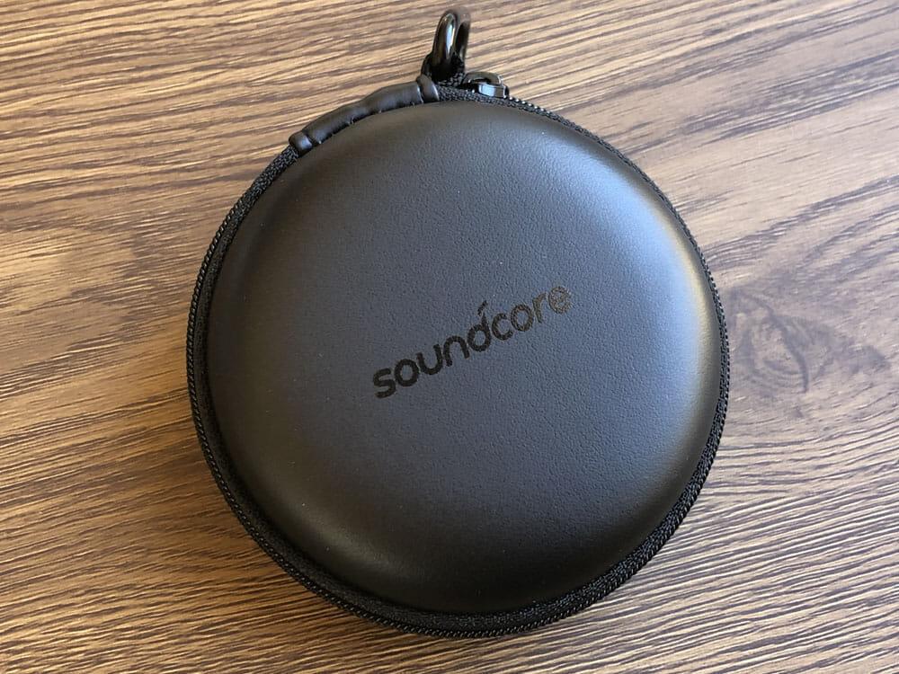 【Anker Soundcore Spirit Xレビュー】18時間再生&急速充電で完全防水!スポーツに最適なイヤーフック搭載おすすめワイヤレスイヤホン|二千円台前半は衝撃!!|付属品:丸めてポンと収納できるトラベルポーチは、案外あると重宝するかもしれません。