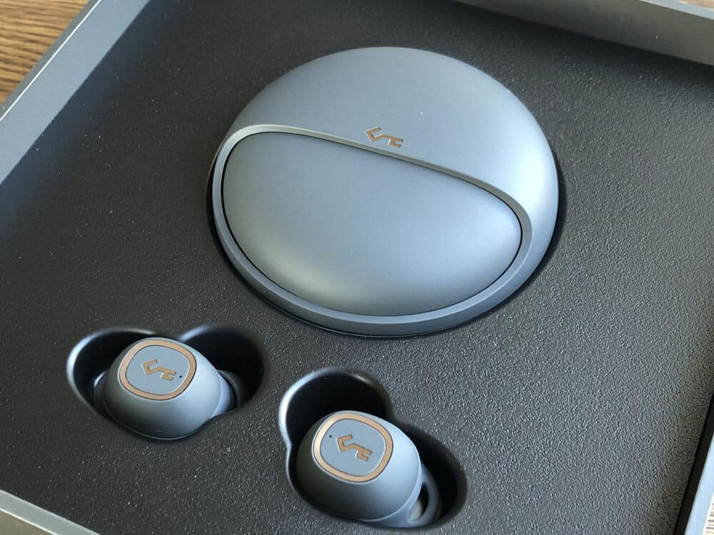 【Aukey BluetoothイヤホンEP-T10レビュー】2019年デザインアワード受賞!単独7時間再生&Qiワイヤレス充電対応のオーキー製完全ワイヤレスイヤホン|外観:これだけ丁重に扱われたイヤホン製品は、個人的にはBOSE「QuietControl 30 wireless headphones」以来ですね。 かなりこだわりを感じます。