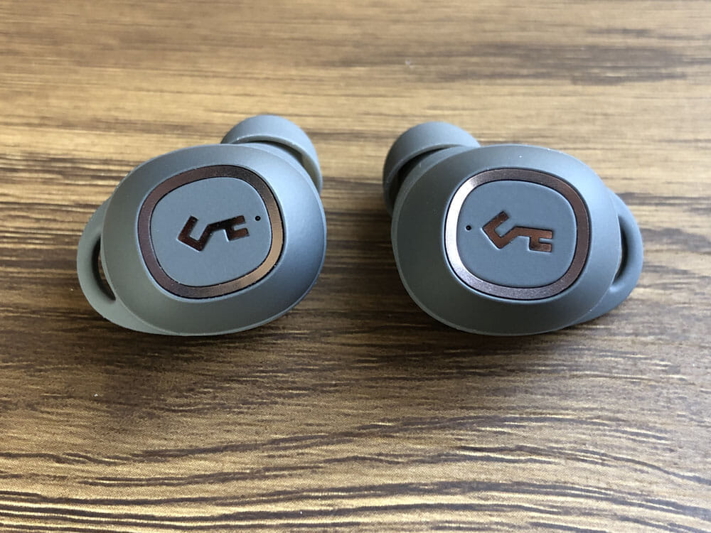 【Aukey BluetoothイヤホンEP-T10レビュー】2019年デザインアワード受賞!単独7時間再生&Qiワイヤレス充電対応のオーキー製完全ワイヤレスイヤホン|外観:見れば見るほど、触れば触るほど、そのデザイン性に魅了される感覚は唯一無二な印象を受けました。 やっぱりドイツのデザイン賞は伊達じゃないですね。
