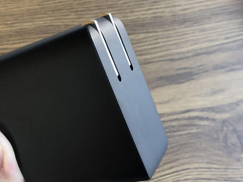 【Aukey PD対応急速充電器PA-D5レビュー】Anker Atom PD2より高コスパ!スマホ&PC二台持ちの方に最適なPD対応USB-Cポートを二つ搭載した急速充電器|外観:プラグ搭載面は角が比較的角張っていることもあってかストンと裁ち落とされたようなデザイン。 アールがかった印象のAnkerとは対照的なところです。