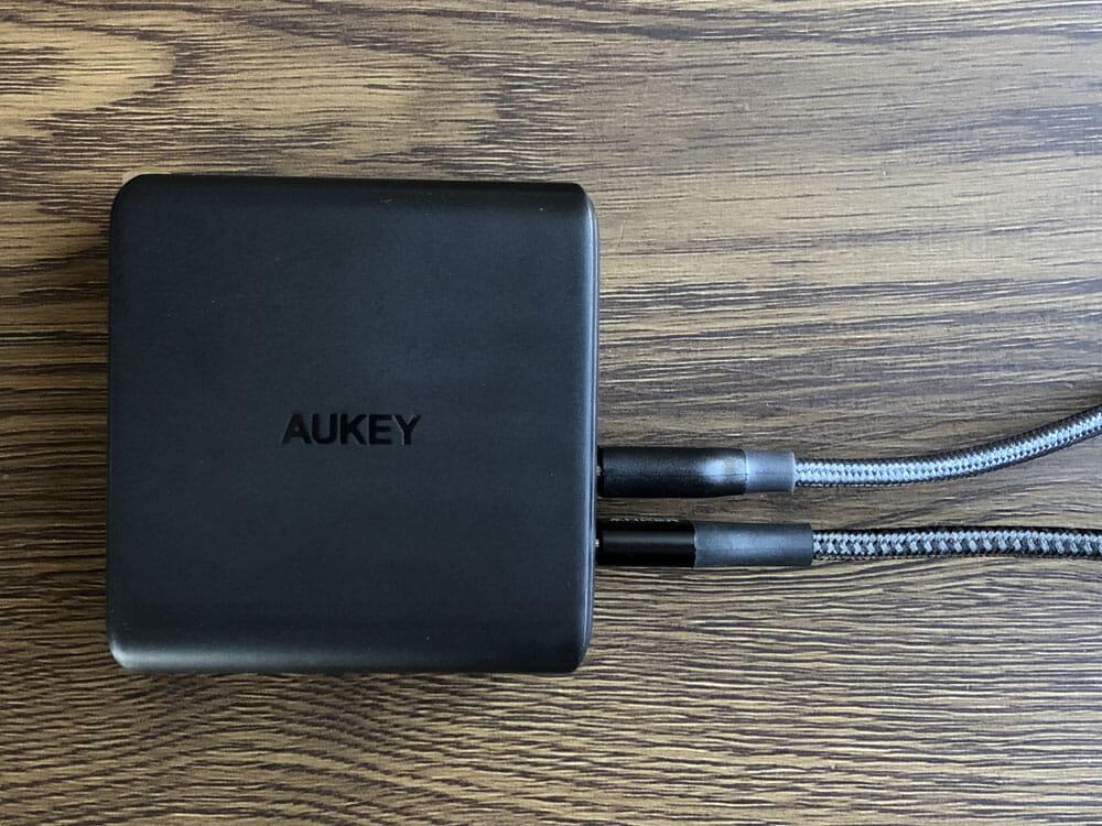 【Aukey PD対応急速充電器PA-D5レビュー】Anker Atom PD2より高コスパ!スマホ&PC二台持ちの方に最適なPD対応USB-Cポートを二つ搭載した急速充電器|使ってみて感じたこと:Ankerの場合が30Wに対してAukeyは45Wと1.5倍の高出力なので、当然それ相応に充電速度に違いが生じます。 より早く最適なデバイスのチャージを行いたい、一分一秒を争うように仕事に邁進している方には持って来いなポータブル急速充電器だと思いますね。