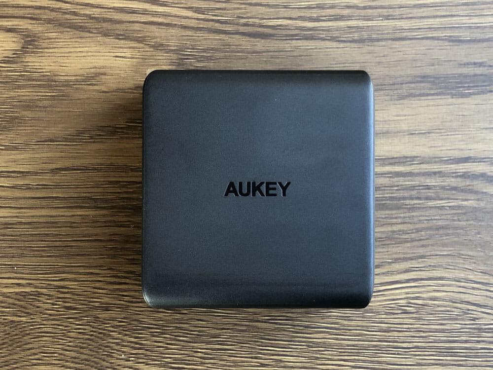 【Aukey PD対応急速充電器PA-D5レビュー】Anker Atom PD2より高コスパ!スマホ&PC二台持ちの方に最適なPD対応USB-Cポートを二つ搭載した急速充電器|外観:Anker「PowerPort Atom PD2」を上回るサイズ感と軽さを実現させた「PA-D5」。