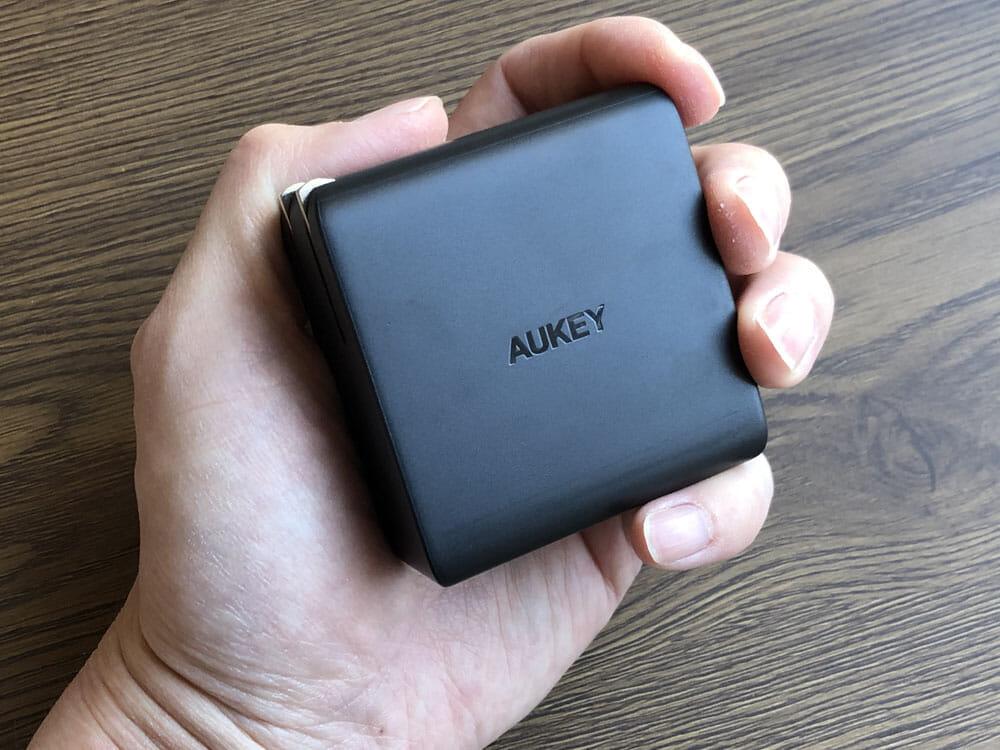 【Aukey PD対応急速充電器PA-D5レビュー】Anker Atom PD2より高コスパ!スマホ&PC二台持ちの方に最適なPD対応USB-Cポートを二つ搭載した急速充電器|外観:ちょうど手に収まる感じです。