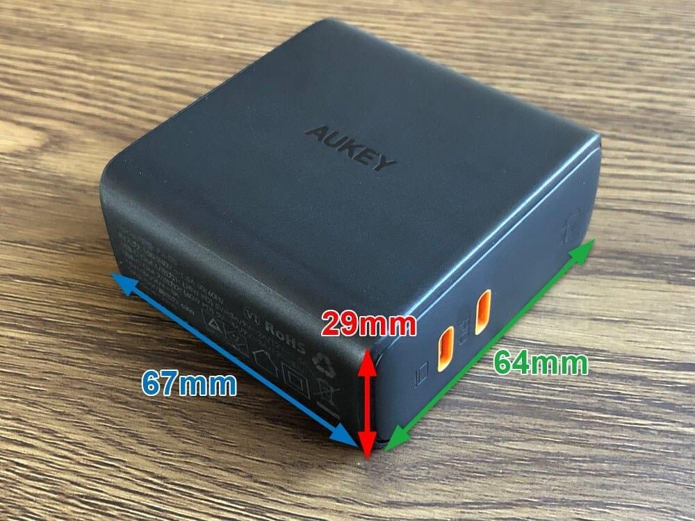 【Aukey PD対応急速充電器PA-D5レビュー】Anker Atom PD2より高コスパ!スマホ&PC二台持ちの方に最適なPD対応USB-Cポートを二つ搭載した急速充電器|外観:サイズは67×64×29mm。