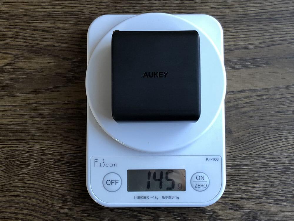 【Aukey PD対応急速充電器PA-D5レビュー】Anker Atom PD2より高コスパ!スマホ&PC二台持ちの方に最適なPD対応USB-Cポートを二つ搭載した急速充電器|外観:重さは圧巻の145g。 あのAnkerより30gも軽くしてきましたね。