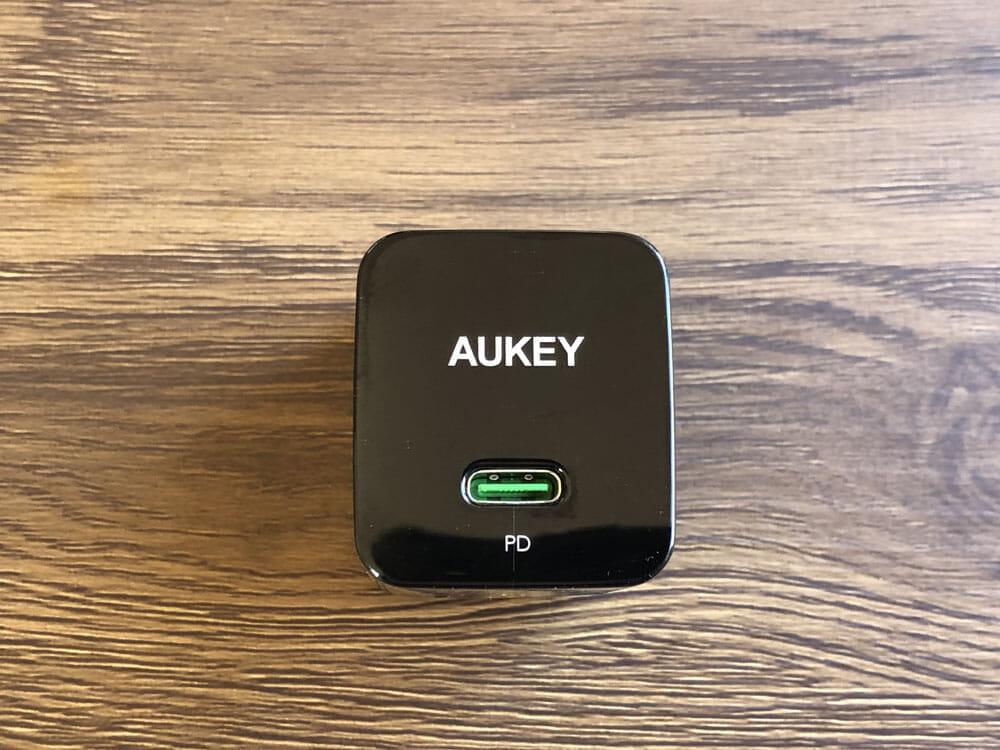 【Aukey PA-Y19レビュー】Ankerを上回るサイズと使い勝手!PD対応USB-Cポート搭載でスマホ・ノートPCを急速充電できる世界一コンパクトな急速充電器|外観:Anker「PowerPort Atom PD1」を超えるコンパクトさを持つAukey「PA-Y19」。