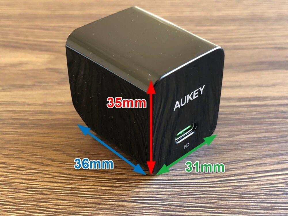 【Aukey PA-Y19レビュー】Ankerを上回るサイズと使い勝手!PD対応USB-Cポート搭載でスマホ・ノートPCを急速充電できる世界一コンパクトな急速充電器|外観:窒素ガリウムによって実現したサイズは幅31mm×高さ35mm×奥行36mm。