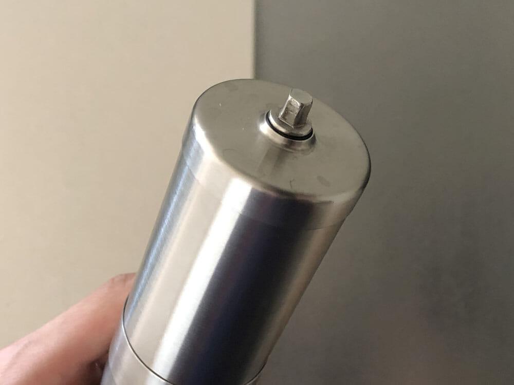 【ポーレックス・手動コーヒーミルの挽き方まとめ】アウトドアユースにおすすめ!人気のポーレックス製ミルの使い方|お手入れは水洗いでOK|組み立て工程:フタを本体にセットしたら、組み立ては完成です。 コーヒーミルを回す際に使うハンドルは、実際に豆を挽く際に取り付けましょう。