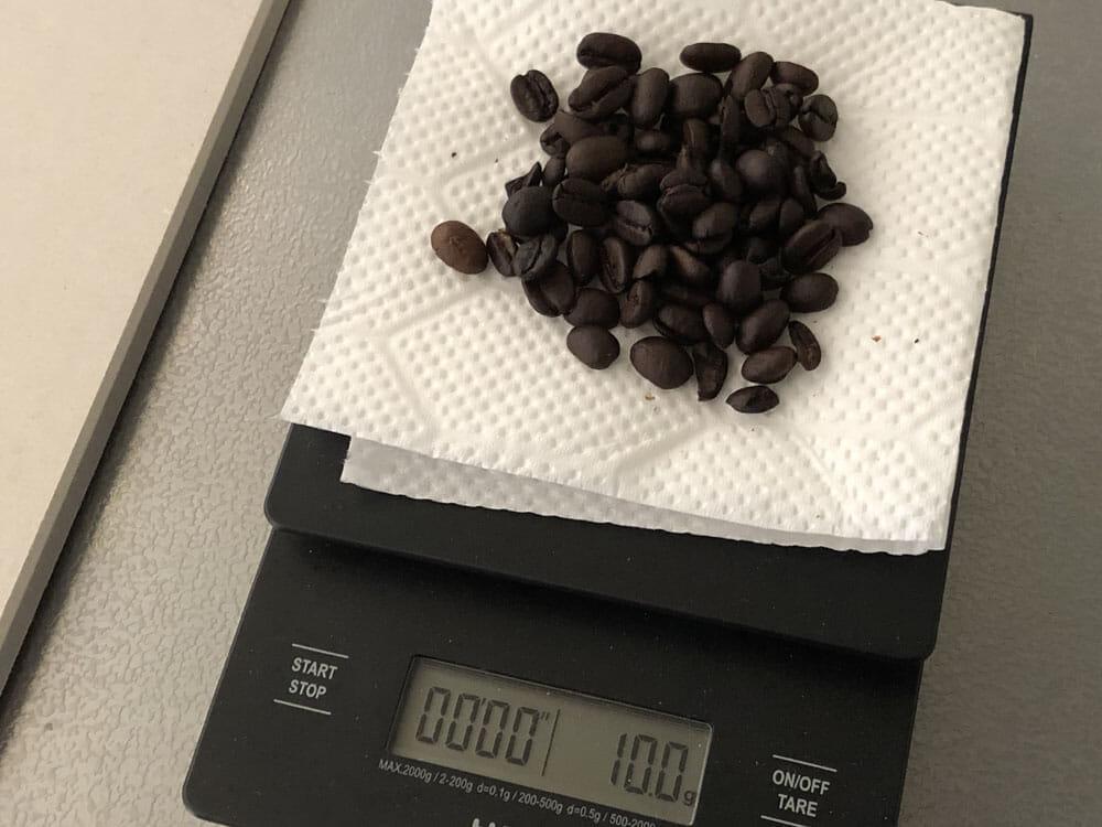 【ポーレックス・手動コーヒーミルの挽き方まとめ】アウトドアユースにおすすめ!人気のポーレックス製ミルの使い方|お手入れは水洗いでOK|挽き方・使い方:まずはコーヒー豆の分量を量りましょう。 今回は一人分を挽こうと思うので10gを量りました。