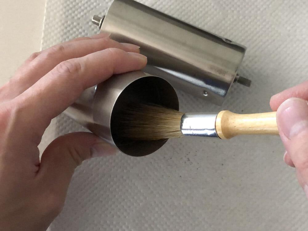 【ポーレックス・手動コーヒーミルの挽き方まとめ】アウトドアユースにおすすめ!人気のポーレックス製ミルの使い方|お手入れは水洗いでOK|使用後の手入れ:刃の部分以外は正直、刷毛でブラッシングしてあげるだけで十分だと思います。 ただよほどコーヒー粉がこびり付いて見た目もよろしくないのであれば、柔らかいスポンジでサッと洗い流すといいでしょう。