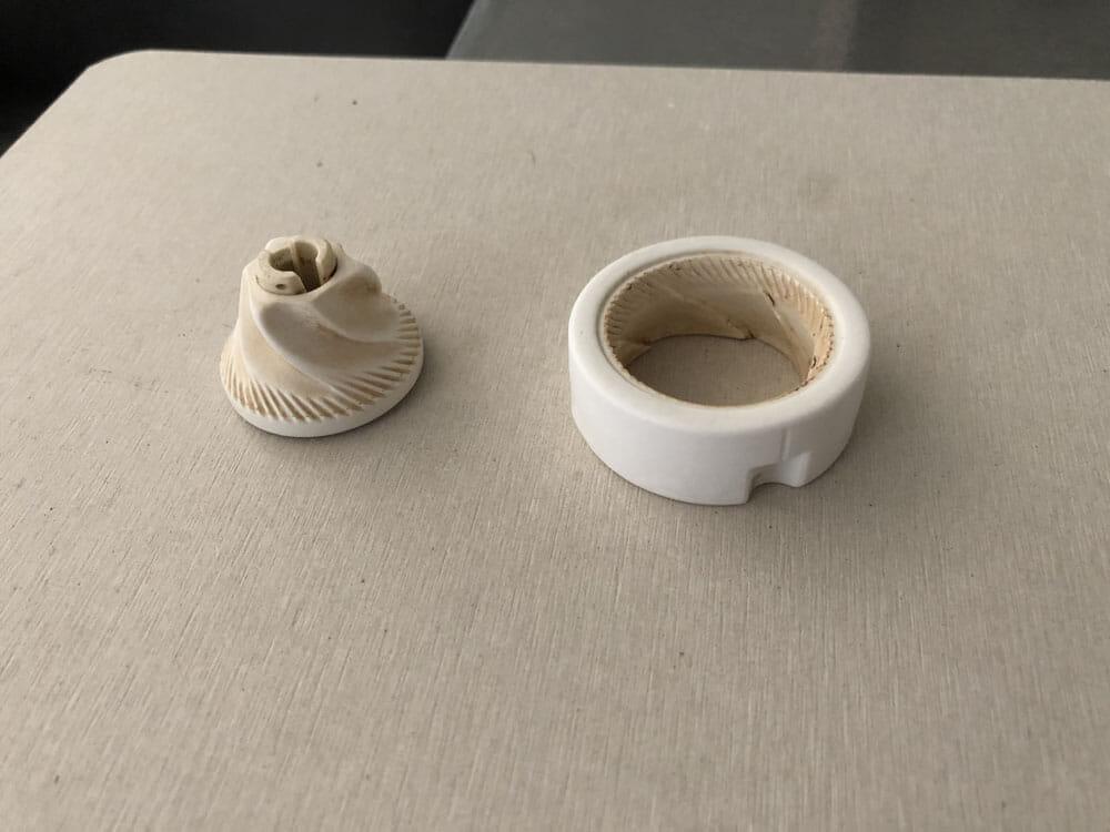 【ポーレックス・手動コーヒーミルの挽き方まとめ】アウトドアユースにおすすめ!人気のポーレックス製ミルの使い方|お手入れは水洗いでOK|使用後の手入れ:水洗いしたものはしっかり乾燥させて水気を飛ばしましょう。 コーヒーミルのパーツは小さいので食器用ラックだと落ちてしまうので、僕はダイソーで売っている「珪藻土水切りマット」を使っています。
