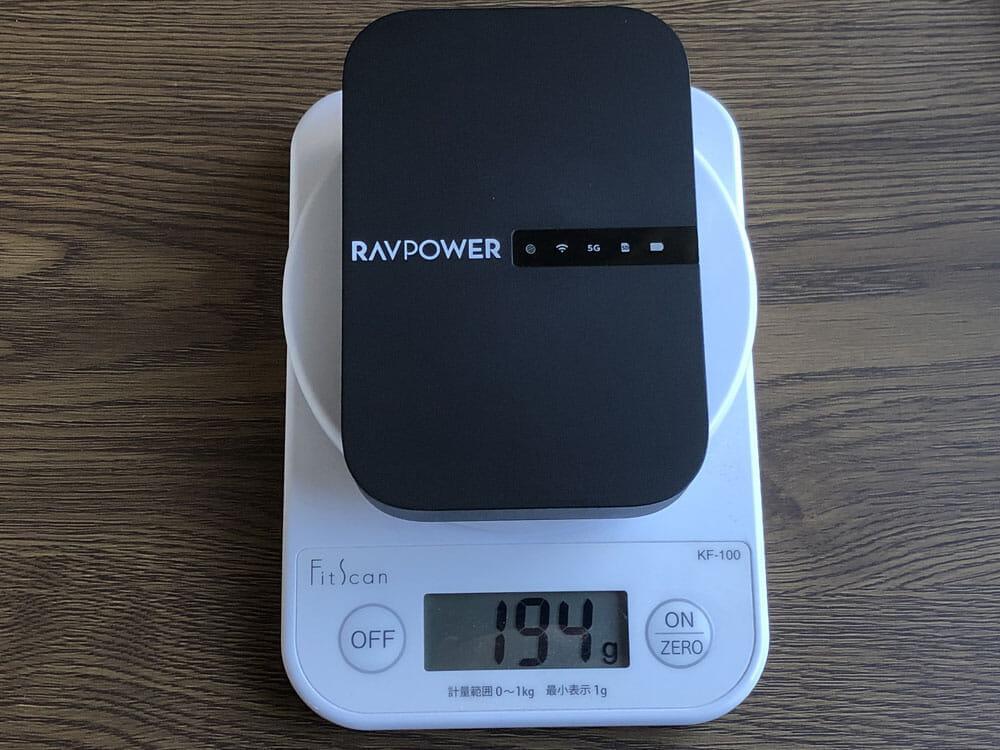 【RAVPower Filehub RP-WD009レビュー】スマホ写真&動画データを簡単バックアップ!無線でデータ共有もできるWi-Fi SDカードリーダー 旅行などに最適 外観:重量は約195gと最近の大型スマホと同じような重さで、軽くもなく重くもない印象です。