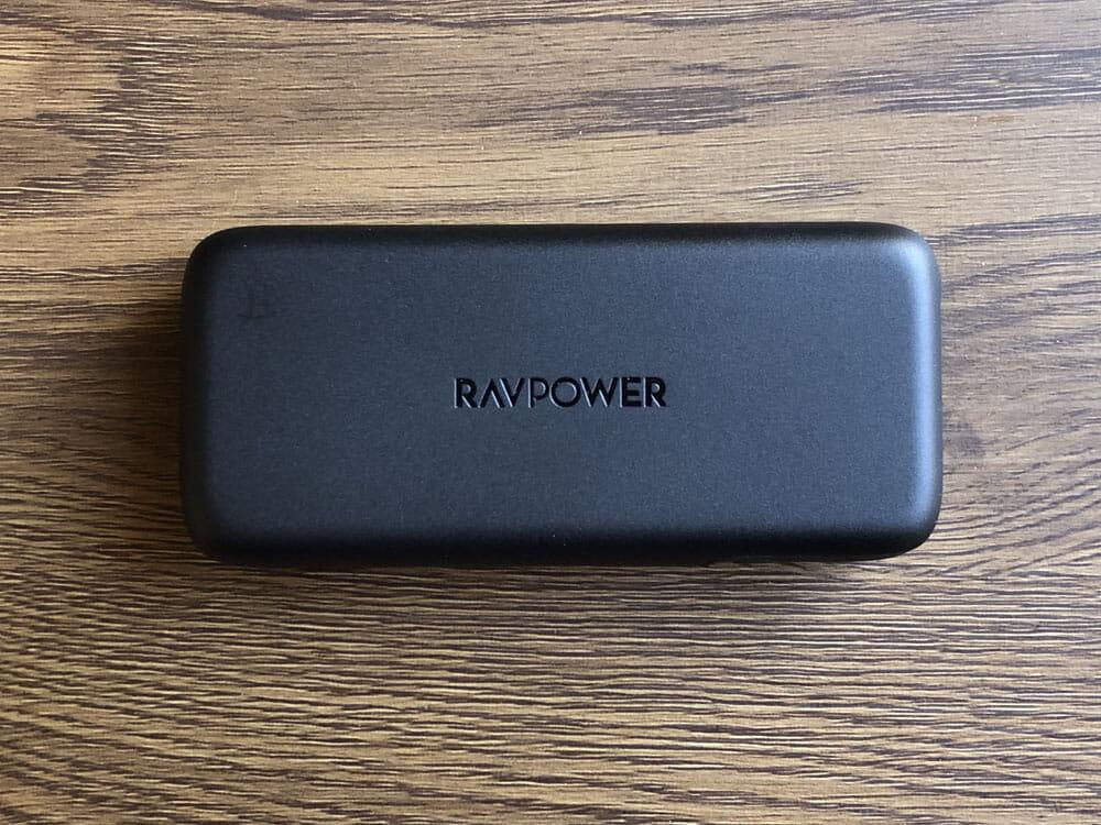 【RAVPower モバイルバッテリーRP-PB186レビュー】Anker競合製品を超える高出力・軽さ・価格!10000mAhクラス最強のモバイルバッテリー|外観:ロゴはど真ん中の日の丸構図。 モバイルバッテリーに典型的なシンプルデザイン。