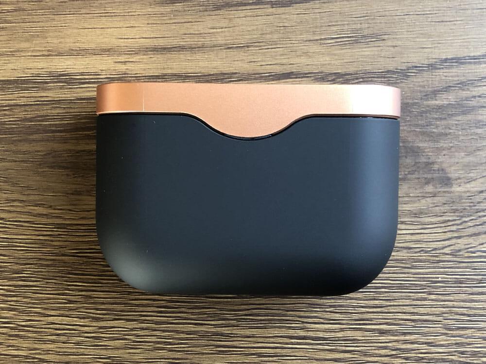 【ソニーWF-1000XM3レビュー】SONYの秀逸ノイズキャンセリング搭載!高性能と高級感を兼ね備えた新世代完全ワイヤレスイヤホン|音楽アプリで設定自在!|外観:充電ケースは高級感がハンパないです。