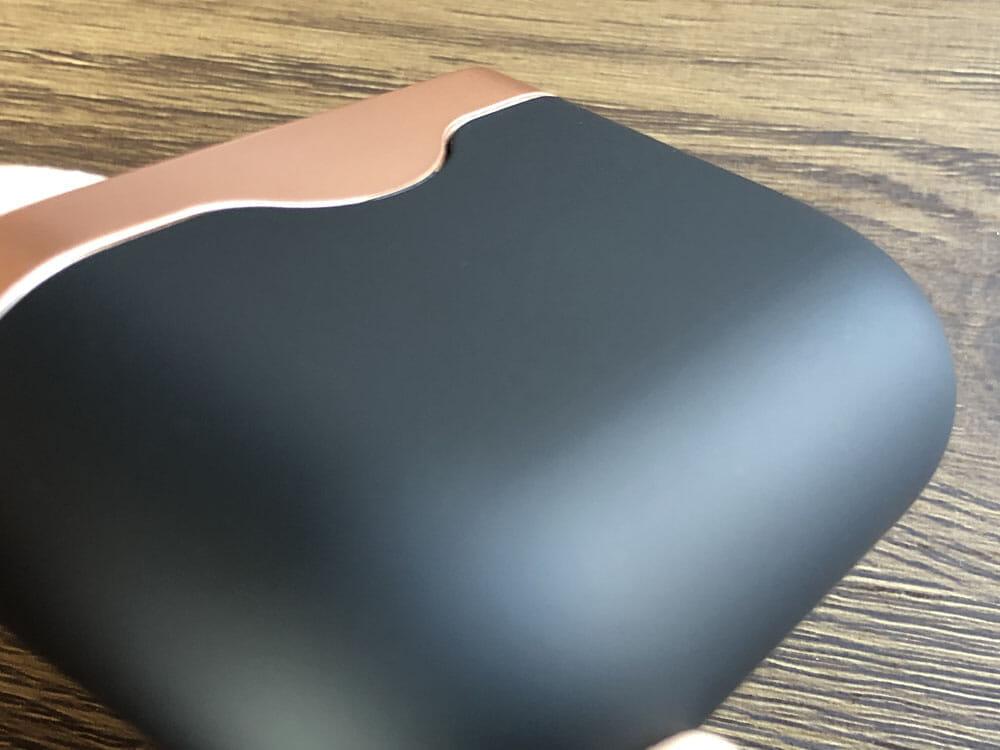【ソニーWF-1000XM3レビュー】SONYの秀逸ノイズキャンセリング搭載!高性能と高級感を兼ね備えた新世代完全ワイヤレスイヤホン|音楽アプリで設定自在!|外観:表面にはラバーのようなしっとりとして滑りにくい素材が使われています。 落としてしまいそうな感覚がなくて、とても持ちやすい印象。