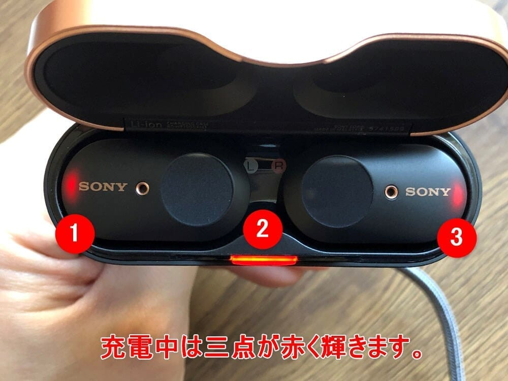 【ソニーWF-1000XM3レビュー】SONYの秀逸ノイズキャンセリング搭載!高性能と高級感を兼ね備えた新世代完全ワイヤレスイヤホン|音楽アプリで設定自在!|外観:イヤホンを充電すると、イヤホン本体と充電ケースのLEDが赤に光ります。