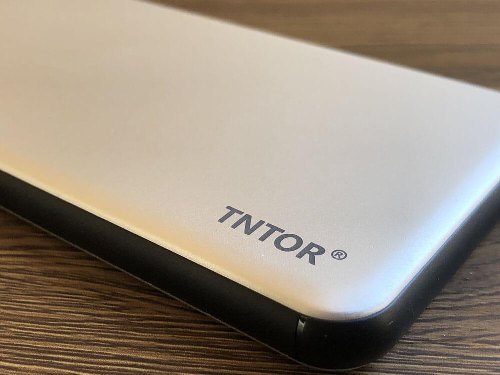 【TNTOR 超薄型モバイルバッテリーTN-10PDレビュー】10000mAhクラス最小最軽量で携帯性抜群!PD対応急速充電も可能なコスパ最強モバイルバッテリー 外観:メタリック調のボディが美しいですね。