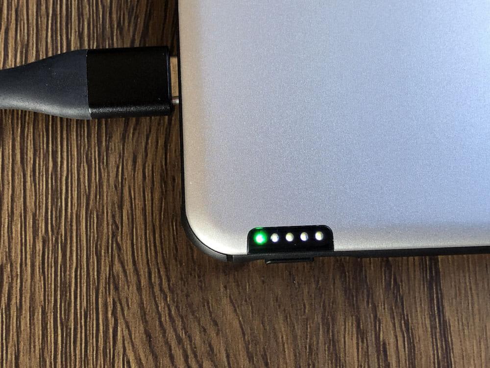 【TNTOR 超薄型モバイルバッテリーTN-10PDレビュー】10000mAhクラス最小最軽量で携帯性抜群!PD対応急速充電も可能なコスパ最強モバイルバッテリー 外観:スマホなどを急速充電している際には、グリーンのLEDライトが点灯します。