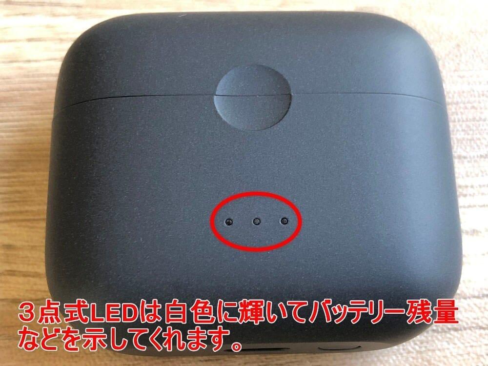 【Anker Soundcore Liberty Air 2レビュー】Qiワイヤレス充電対応!7時間連続再生でタッチ操作のカスタマイズも魅力的な第二世代・完全ワイヤレスイヤホン|外観:3点式のLEDインジケーターは前面に搭載。 フタを開くたびに充電ケースのバッテリー残量を白色のLED点灯と点滅で教えてくれます。