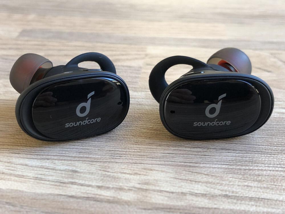 【Anker Soundcore Liberty 2レビュー】大口径10mmドライバーで新次元サウンド体験!音質と機能性が高水準で両立した第二世代・完全ワイヤレスイヤホン|外観:最上位機種「Soundcore Liberty 2 Pro」をベースに作られた感がある「Soundcore Liberty 2」。 ツヤのあるハウジング前面はSoundcoreシリーズならではの印象です。