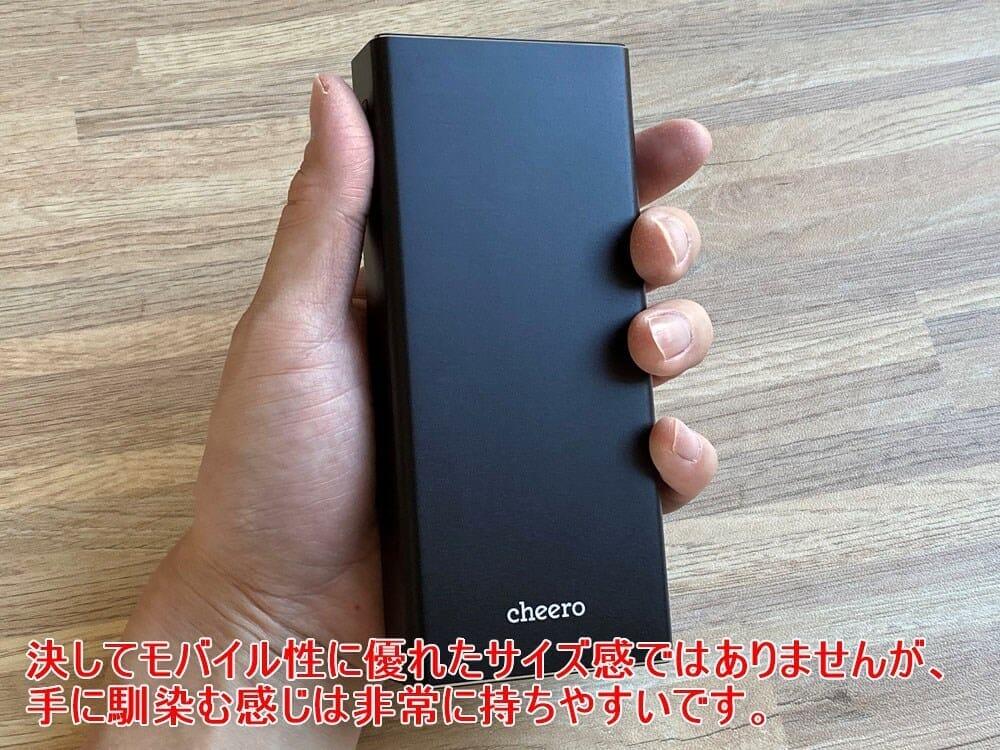 【cheero Power Plus 5 Premiumレビュー】60W高出力&20000mAh大容量バッテリーで3ポート同時充電!超高スペックなPD急速充電対応モバイルバッテリー|外観:ただ本体角が優しく丸みを帯びているおかげで、サイズ感から受ける印象ほど持ちづらさは感じません。