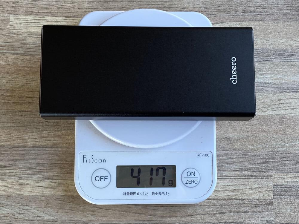 【cheero Power Plus 5 Premiumレビュー】60W高出力&20000mAh大容量バッテリーで3ポート同時充電!超高スペックなPD急速充電対応モバイルバッテリー|外観:約425gの本体重量はハイスペックだからこそ許せる重量感。 決してモバイル性に優れているとは言えませんが、高機能・高性能さを重視するなら致し方ない部分でしょう。