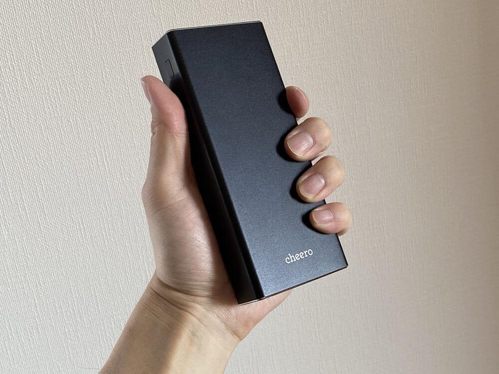 【cheero Power Plus 5 Premiumレビュー】60W高出力&20000mAh大容量バッテリーで3ポート同時充電!超高スペックなPD急速充電対応モバイルバッテリー|使ってみて感じたこと:これだけハイスペックだと明らかに大きかったり重かったりするのが相場なんですが、思いのほか「重くて扱いづらい・・・」と感じさせないことにちょっと驚きました。
